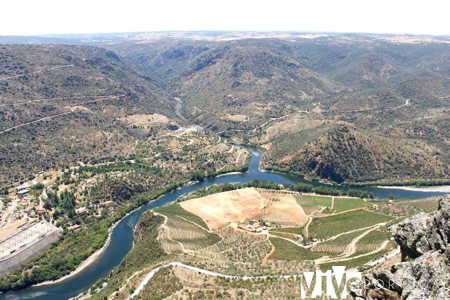 Vista de la desembocadura del Huebra en el Duero desde el Penedo Durao