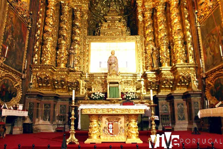 Altar y tumba de la reina Santa Isabel en el monasterio de Santa Clara-a-nova