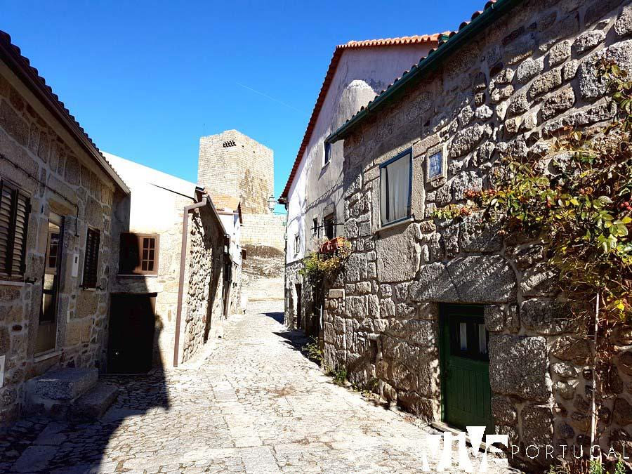 Vista del Castillo desde una calle de Linhares