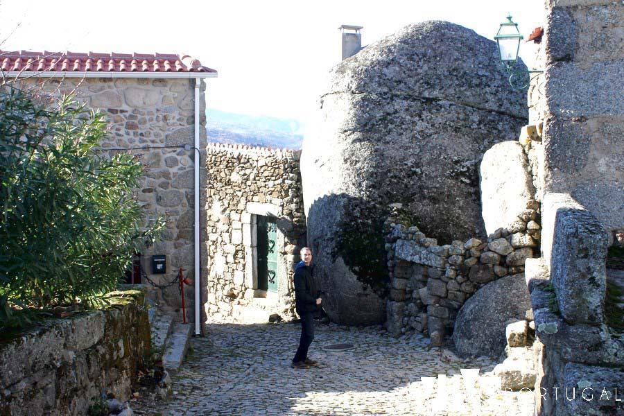 Viviendas construidas en la roca granítica