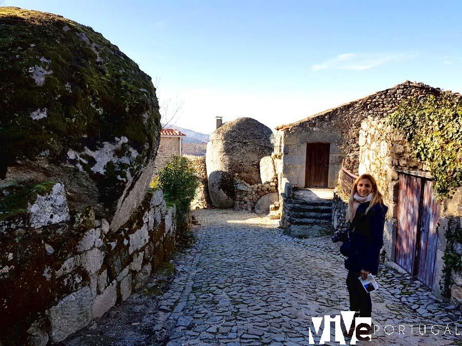 Calle con varias viviendas incrustadas en la roca Linhares da Beira