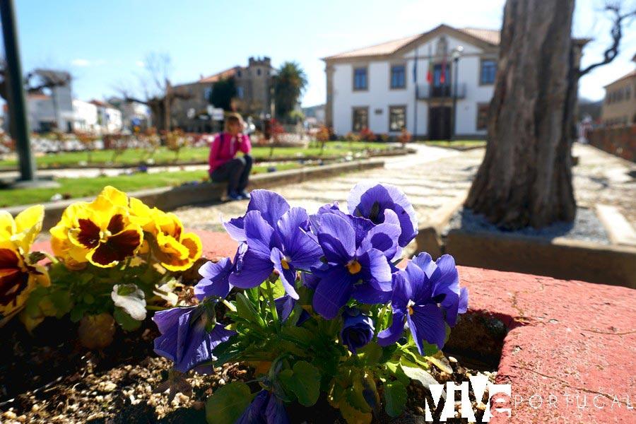 Jardín junto a la Cámara Municipal de Figueira de Castelo Rodrigo