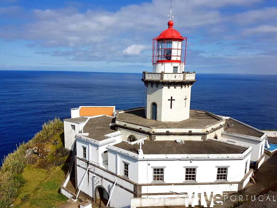 Faro de la Ponta do Arnel en la isla de São Miguel