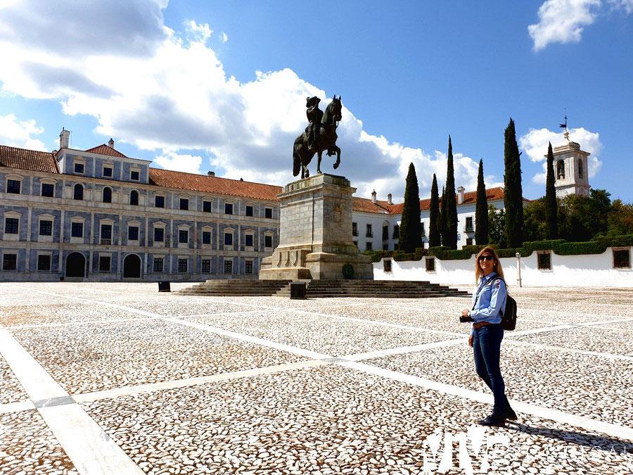 Vista del Paço Ducal, estatua ecuestre de João IV e igreja e convento dos Agostinhos