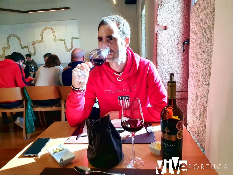 En el restaurante Entre Portas con una copa de vino tinto de Pinel