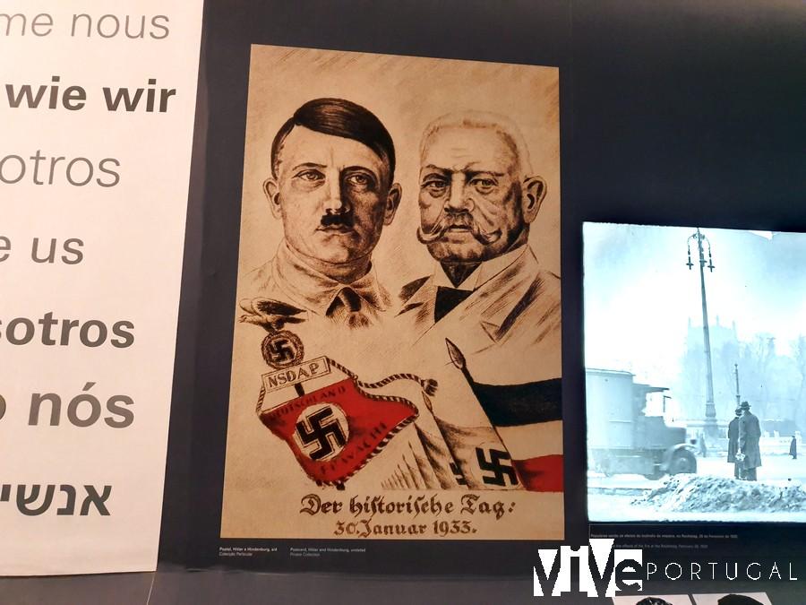 Uno de los carteles que muestra a Hitler en el museo Fronteira da Paz